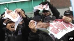 Người Nam Triều Tiên biểu tình trước tòa đại sứ Trung Quốc tại Seoul yêu cầu Trung Quốc đừng hồi hương người Bắc Triều Tiên đào tị