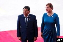 Presiden Filipina Rodrigo Duterte (kiri) dan putrinya Sara Duterte dalam pembukaan Konferensi Tahunan Forum Boao untuk Asia (BFA) 2018 di Boao, provinsi Hainan, China selatan, 10 April 2018.