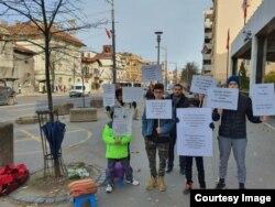 Amran Kalifa, izbeglica iz Libije, sa porodicom. On od 18. novembra svakodnevno protestuje ispred Ambasade Kanade u Beogradu zbog lošeg tretmana njega i njegove porodice, u Beogradu, 17. januara 2020. (Foto: Privatna arhiva)