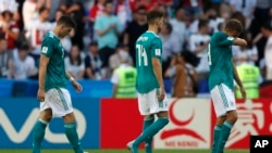 Los jugadores de la selección alemena dejan el campo de juego tras ser derrotados ante Corea del Sur y ser eliminados del Mundial de Rusia 2018 el miércoles, 27 de junio de 2018 en el Kazan Are3na en Kazan, Rusia.