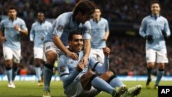Pemain Manchester City Carlos Tevez (duduk) merayakan gol dari titik penalti ke gawang Aston Villa. City menang telak dengan skor 5-0, Sabtu (17/11).