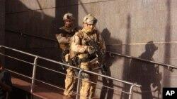 Des soldats quittent l'hôtel Radisson Blu après avoir libéré les otages, à Bamako, Mali, 20 novembre 2015