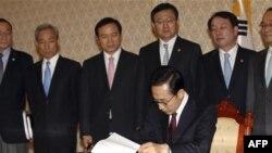 Tổng thống Hàn Quốc Lee Myung-bak ký 14 dự luật, sửa đổi một loạt các điều lệ để chúng tương thích với thỏa thuận thương mại. Trong số đó, có việc sửa đổi luật bản quyền, tác quyền, hải quan và các luật nội địa khác