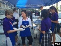 Volunteers with Catholic Charities distribute food in Washington. (K. Gypson/VOA)
