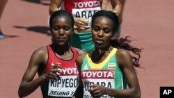Faith Chepngetich Kipyegon wa Kenya akipambana na Genzebe Dibaba wa Ethopia