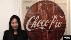 미국 뉴욕의 한국인 미술가 채진주 씨가 초코파이를 이용해 북한의 사회 변화를 형상화한 자신의 작품 앞에 서있다.