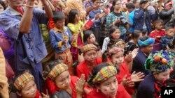 ၂၀၁၅ေရြးေကာက္ပြဲအၾကိဳ မဲဆြယ္စည္းရံုးပြဲမွာ NLD ရွမ္းတိုင္းရင္းသားမ်ား ကိုေတြ႔ရစဥ္