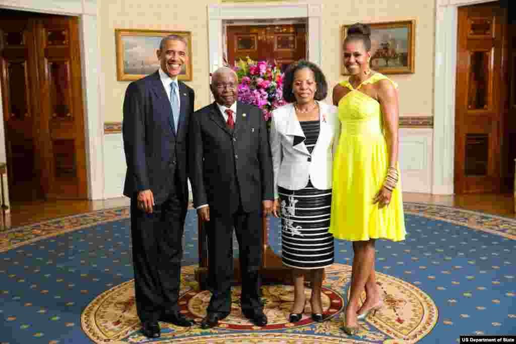 Presidente Barack Obama e a Primeira-dama Michelle Obama com Armando Emílio Guebuza, Presidente da República de Moçambique, e a Primeira-dama Maria Da Luz Guebuza, na Sala Azul da Casa Branca por ocasião do jantar pela Cimeira Estados Unidos/ Líderes Afri