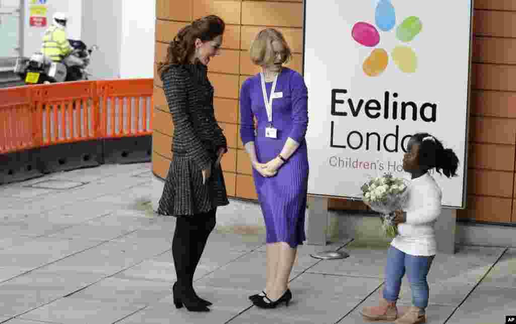 اهدا دسته گل به کیت دوشس کمبریج، که از بیمارستان کودکان اویلینا لندن بازدید می کند.