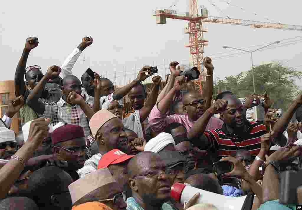 People from Mali's north chant during a rally in Bamako in opposition to a partitioned nation, April 10, 2012. (AP)