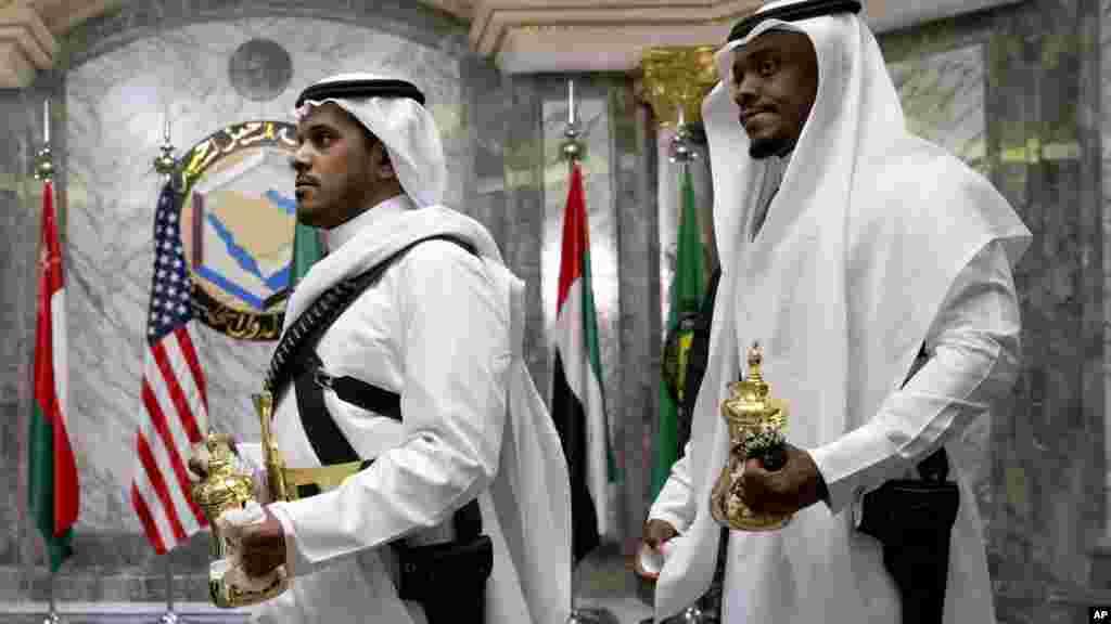Du thé est livré à la première session du Conseil de coopération du Golfe à Riyad, en Arabie Saoudite, 21 avril 2016.