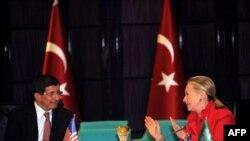 Menlu AS Hillary Clinton (kanan) melakukan pembicaraan dengan Menlu Turki, Ahmet Davutoglu di Istanbul (6/6).