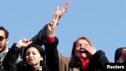 Những người ủng hộ thủ lãnh đối lập Chokri Belaid tại đám tang của ông ở quận Jebel Jelloud, Tunis, ngày 8/2/2013.