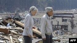 Император Акихито и его супруга Мичико осматривают район, пострадавший от цунами. Архив. Апрель 2011г.