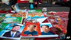 在中國山西省古交的一條街的地攤上出售的年畫,包括習近平、毛澤東等中國5位最高領導人的肖像