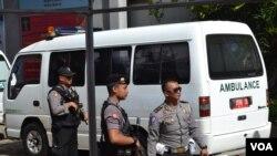 Ambulans berisi peti-peti mati bagi terpidana hukuman mati di pelabuhan di Cilacap, Jawa Tengah (28/4). (VOA/Nurhadi Sucahyo)