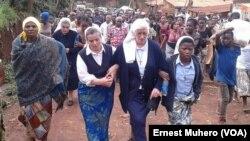 Les soeurs religieuses de Bukavu et la population affligés après l'assasinat de soeur Clara, à Bukavu, RDC, le 30 novembre 2016. (VOA/Ernest Muhero)