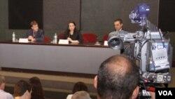 El represente de seguridad del Consulado Estadounidense en São Paulo, Aaron Codispoti, la fiscal Aline Zavaglia y el delegado Francisco Alberto de Souza Campos en la rueda de prensa.