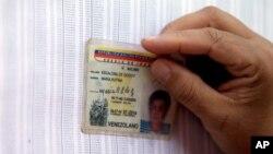 Un votante busca su nombre en el padrón electoral en Caracas, durante las elecciones primarias opositoras.