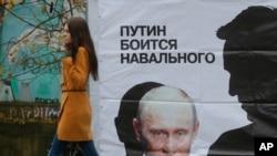 """Poster bertuliskan """"Putin takut pada Navalny"""" di jalan di Kirov, Rusia, Rabu, 16 Oktober 2013."""