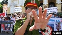 Công an ngăn người dân chụp ảnh một cuộc biểu tình chống Trung Quốc tại Việt Nam.