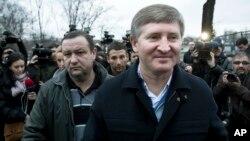 Журнал Forbes вважає, що статки Ріната Ахметова 2017 р. становлять $4,6 млрд., але статус деяких його підприємств на Донбасі не з'ясований
