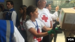 Petugas Palang Merah Venezuela membagikan bantuan kemanusiaan khususnya obat-obatan ke rumah-rumah sakit di sana, Rabu (17/4).