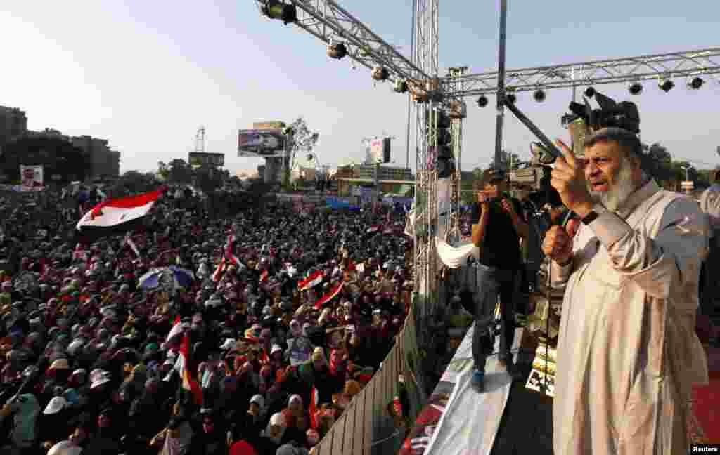 Nhà lãnh đạo tổ chức Huynh đệ Hồi giáo, ông Asem Abd-ElMaged, phát biểu trước người ủng hộ Tổng thống Ai Cập bị lật đổ Mohamed Morsi, Cairo, 7 tháng 7, 2013.