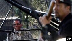Herbie Hancock (kiri) dan pemetik bas Roland Guerin tampil di konser pagi menandai perayaan Hari Jazz Internasional di New Orleans (30/4).