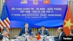 Đại sứ Hoa Kỳ Daniel Kritenbrink và Thứ trưởng Ngoại giao Việt Nam Nguyễn Minh Vũ tại đầu cầu trực tuyến Hà Nội hôm 23/09/2020. Photo Twitter Clarke Cooper.