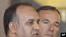 ທ່ານ Franco Frattini ລັດຖະມົນຕີຕ່າງປະເທດອີຕາລີ (ຂວາມື) ແລະທ່ານ Ali al-Issawi ຮອງປະທານ ສະພາບໍລິຫານ ຂອງສະພາປົກຄອງຊາດໄລຍະຂ້າມຜ່ານຂອງລີເບຍ ຖະແຫລງຕໍ່ ກອງປະຊຸມນັກຂ່າວ ທີ່ກຸງ Rome, ວັນທີ 22 ກໍລະກົດ 2011