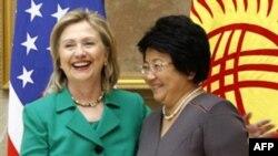 Tổng thống Kyrgyzstan Roza Otunbayeva (phải) đến Washington để nhận Giải Thưởng Quốc tế Phụ nữ Dũng cảm 2011