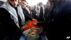 Para anggota keluarga dan warga Palestina menangis di dekat jenazah Ziad Abu Ain, Menteri Palestina yang tewas dalam protes di dekat Ramallah, Tepi Barat (11/12).