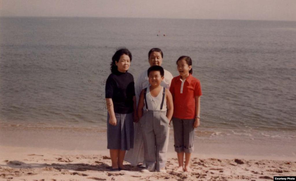 1980년 원산 해수욕장에서 김정남(앞줄 가운데). 뒷줄 왼쪽부터 성혜랑, 김정남의 외할머니 김원주, 이남옥. 제공: Imogen O'Neil/The Golden Cage: Life with Kim Jong Il, A Daughter's Story.