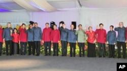 APEC领导人穿民族服装照全家福
