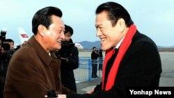 지난해 11월 북한 방문했던 이노키 일본 참의원이 평양에 도착해 환영을 받고 있다. (자료사진)