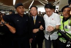 지난 3월 말레이시아 정부로부터 추방 조치를 당한 강철 북한대사가 쿠알라룸푸르 국제공항에서 취재진에 둘러싸여 있다.
