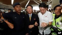 Đại sứ Bắc Triều Tiên tại Malaysia Kang Chol, giữa, đến sân bay quốc tế Kuala Lumpur ở Sepang, Malaysia, 6/3/2017.
