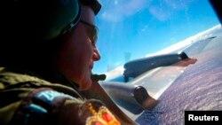지난 2014년 4월 뉴질랜드 공군 P3 초계기 승무원이 인도양 남부에서 말레이시아 MH370 실종 여객기 잔해를 찾고 있다.