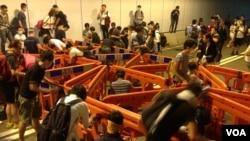 示威者周二晚佔據金鐘 龍和道(美國之音圖片/海彥拍攝)
