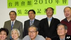 吴念真(中)为台湾会馆筹款担任主讲嘉宾