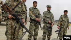 Para anggota pasukan Afghanistan dalam upacara pengalihan tanggung jawab keamanan dari pasukan koalisi di ibukota Kabul (15/3).