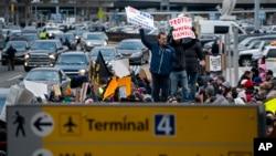 Des manifestations ont lieu en dehors de l'aéroport JFK à New York, le 28 janvier 2017.