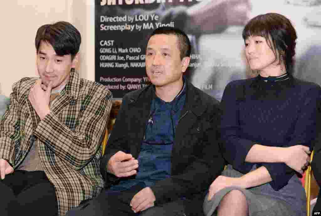 """在上海,导演娄烨(中)、领衔主演巩俐(右)和赵又廷在他们主创的电影《兰心大剧院》(又名《礼拜六小说》、""""Saturday Fiction"""")的新闻发布会上(2018年2月14日)。2006年娄烨导演的电影《颐和园》在并未通过电影审查的情况下违规参加了法国戛纳电影节竞赛,被罚""""五年内不得从事相关电影业务"""" 。 《颐和园》由于涉及1989年六四天安门事件,被当局封杀。"""