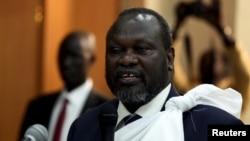 Kiongozi wa upinzani wa Sudan Kusini, Riek Machar akiongea na waandishi wa habari kabla ya kurejea Juba kushika wadhifa wa makamu rais.