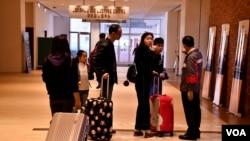 香港大學校園近期隨處可見拖著行李篋的中國訪港旅客。(美國之音湯惠芸)
