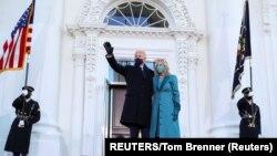 លោក Joe Biden ប្រធានាធិបតីទី៤៦ របស់សហរដ្ឋអាមេរិក និងភរិយាលោកគឺអ្នកស្រី Jill Biden ឈរនៅមុខសេតវិមាន ក្នុងរដ្ឋធានីវ៉ាស៊ីនតោន ថ្ងៃទី២០ ខែមករា ឆ្នាំ២០២១។