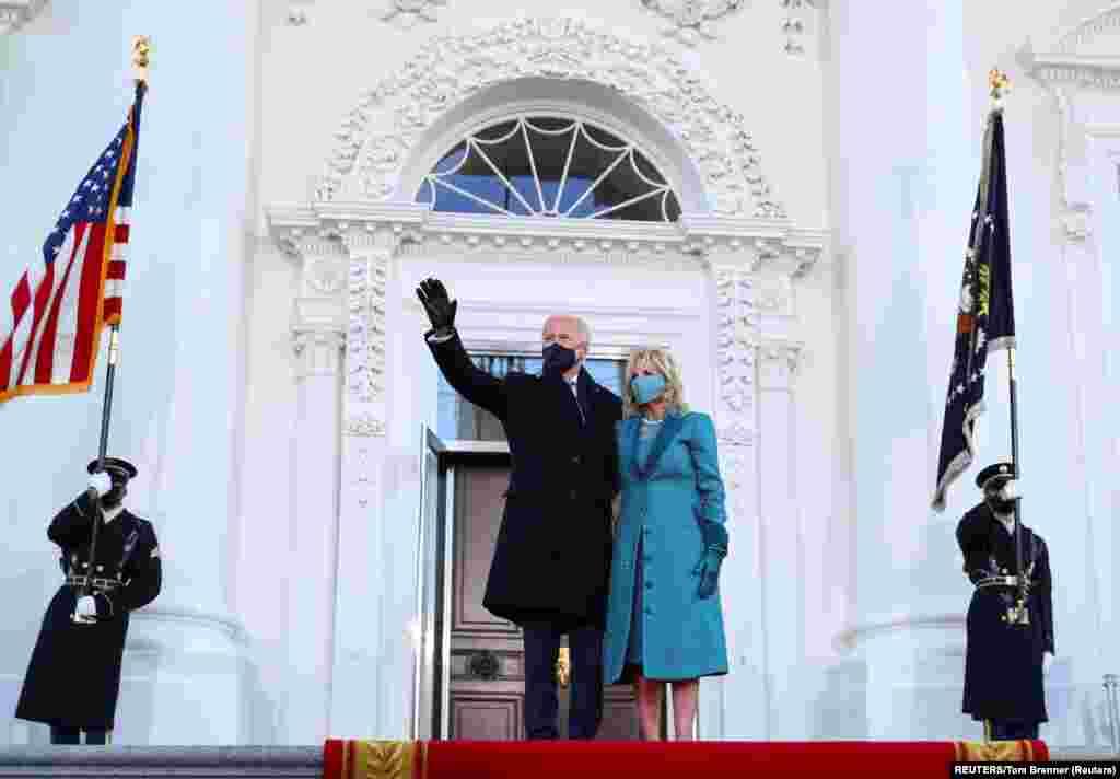 ប្រធានាធិបតីសហរដ្ឋអាមេរិកលោក Joe Biden និងភរិយាលោក គឺអ្នកស្រី Jill Biden ឈរនៅមុខសេតវិមាន ក្រោយបានធ្វើសច្ចាប្រណិធានចូលកាន់តំណែងជាប្រធានាធិបតី នៅក្នុងរដ្ឋធានីវ៉ាស៊ីនតោន ថ្ងៃពុធ ទី២០ ខែមករា ឆ្នាំ២០២១។