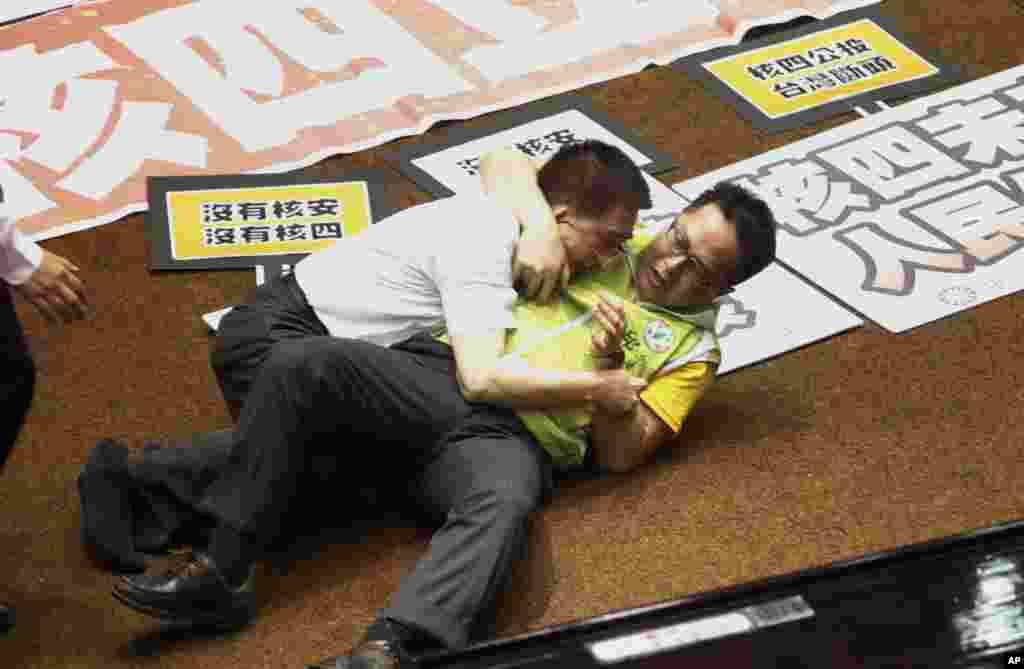 Hai đại biểu Quốc hội Đài Loan, một của đảng cầm quyền, một của đảng đối lập, giải quyết bất đồng với nhau bằng tay chân trong buổi tranh luận về chuyện xây dựng nhà máy điện thứ tư.