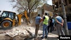 Tư liệu - Người dân tụ tập xung quanh vị trí một vụ đánh bom xe tại quận Karrada, thủ đô Baghdad, Iraq, ngày 06 tháng 09 năm 2016.